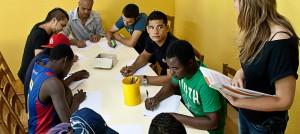 Nois fent un curs de català amb una educadora al centre d'acollida de Santa Perpètua de Mogoda.