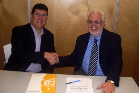 El president d'Iniciatives Solidàries i el director de projectes d'Intervida donant-se la mà.