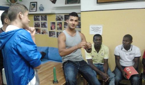 Nois xerrant i participant al taller de prevenció de la Sida.
