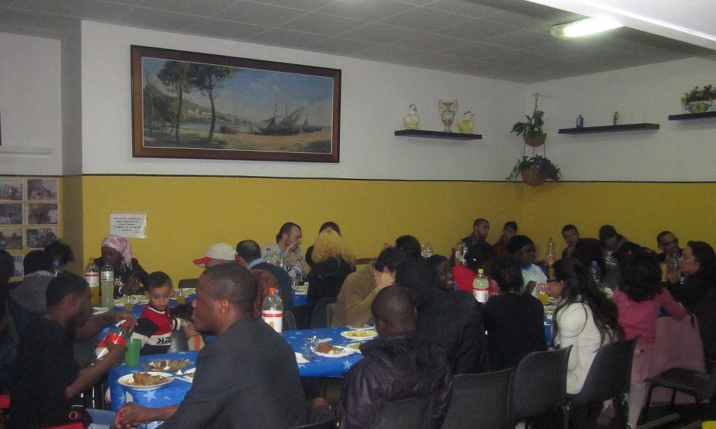 Grup de persones celebrant l'arribada del nou any al menjador del Castell.
