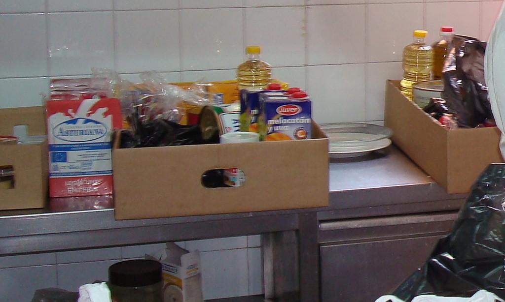 Lots d'aliments amb suc, llet, oli i d'altres productes.