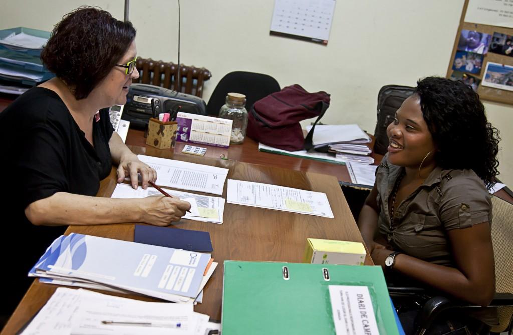 La Directora d'Iniciatives Solidàries entrevistant una noia a les oficines del Servei d'Atenció Integral i de Reinserció.