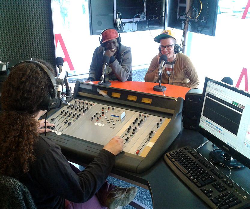 Grup d'usuaris assistint a la gravació d'un dels programes de ràdio de l'Espai Sonor.