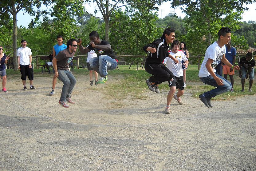 Grup de persones fent esport i gaudint de la Jornada Mundial de la Fundació Decathlon.